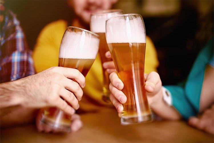 Hết giờ làm tôi lại tìm bạn bè đi uống rượu đến tận khuya mới về